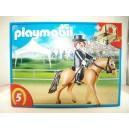 "<p>MARCA:<strong>Playmobil</strong></p><p>MODELO:Caballo de deporte alemán con establo verde y gris</p><p><strong style=""font-style:normal;font-family:Raleway, sans-serif;font-size:14px;""><a class=""btn btn-default"" href=""https://www.selegnajuguetes.es/es/otros-articulos/playmobil/"" style=""color:#000000;"">SI QUIERE VER MÁS MODELOS PLAYMOBIL</a></strong></p>"