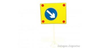 coche miniatura Direccion obligatoria obra señal trafico escala