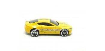 coche miniatura Aston Martin v8 Vantage amarillo (sin caja)
